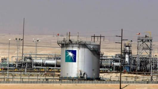 A general view shows the Saudi Aramco oil facility in Dammam city, 450 kms east of the Saudi capital Riyadh, 23 November 2007.