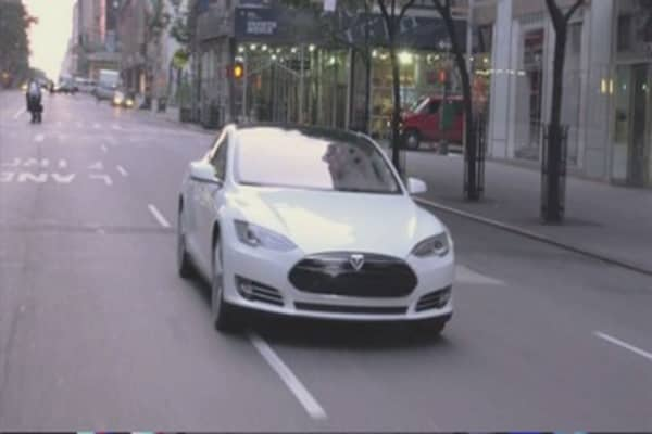 Tesla cars can now park themselves
