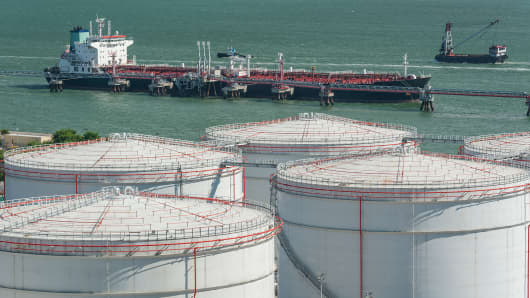 Oil storage and oil tanker