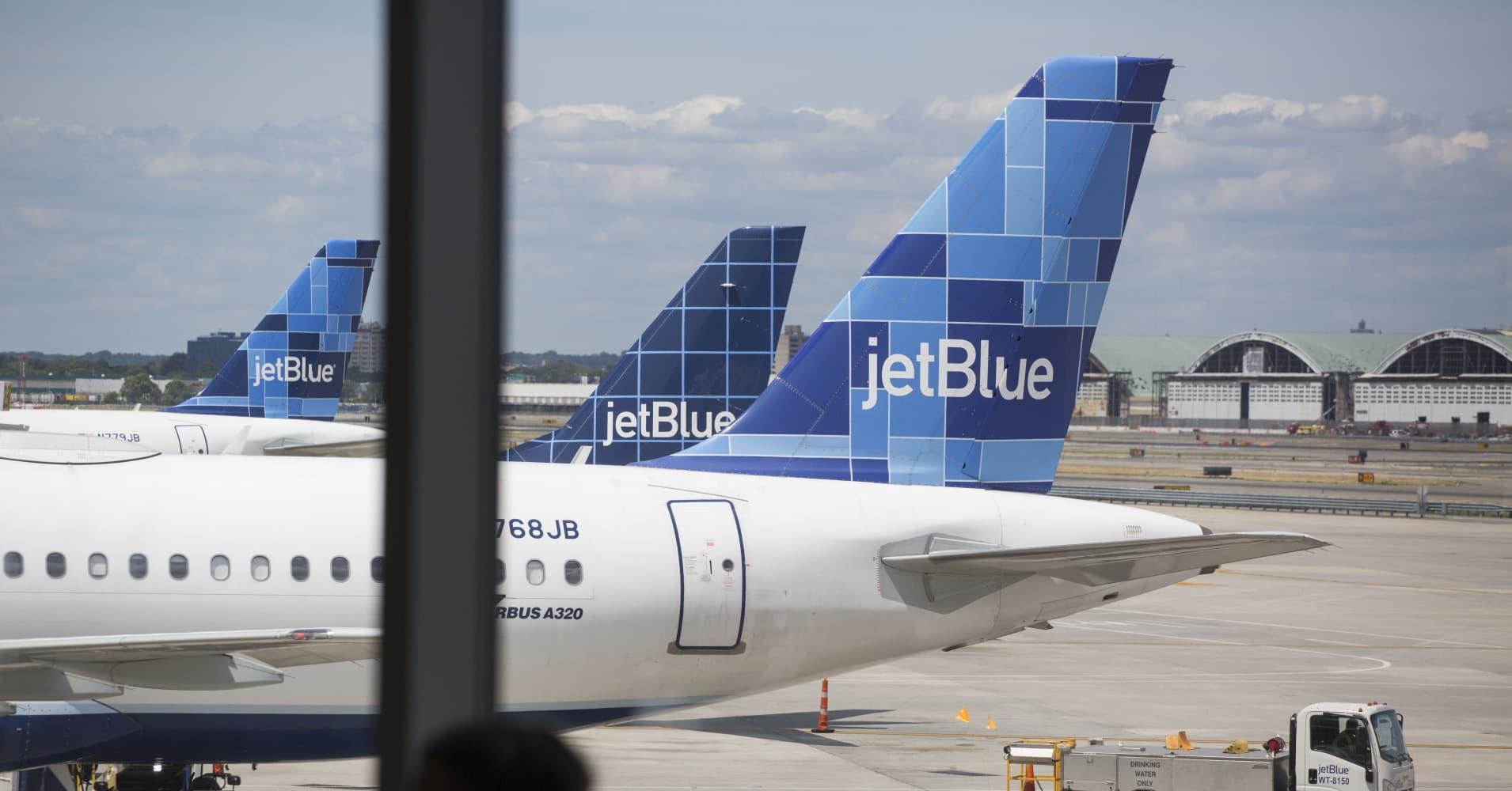 jetblue flight 429 hits turbulence 24 taken to hospital. Black Bedroom Furniture Sets. Home Design Ideas