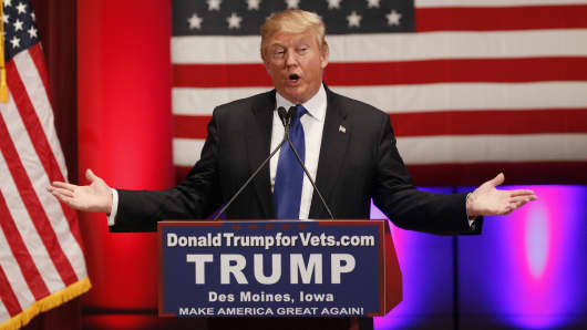 Republican presidential candidate Donald Trump speaks at a veteran's rally in Des Moines, Iowa January 28, 2016.
