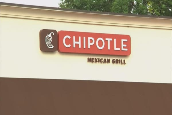 Chipotle meets with employees on proper health and safety protocol