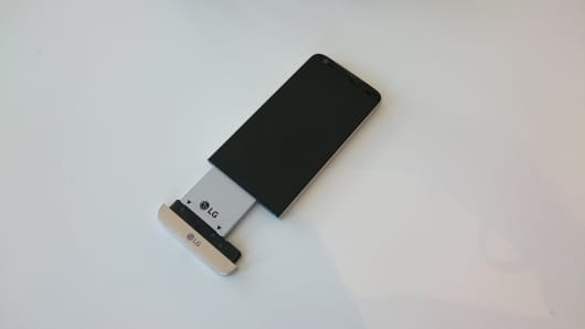 The modular LG G5 smartphone showing the detachable battery