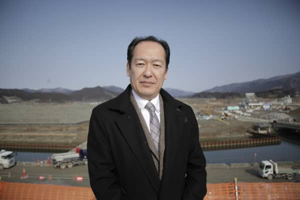 Futoshi Toba, the mayor of Rikuzentakata, had to choose between leading his city after it was destroyed by the tsunami or searching for his wife.