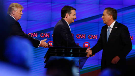 Donald Trump (L), Texas Senator Ted Cruz (C) and Ohio Governor John Kasich (R) shake hands following the CNN Republican Presidential Debate March 10, 2016 in Miami, Florida.