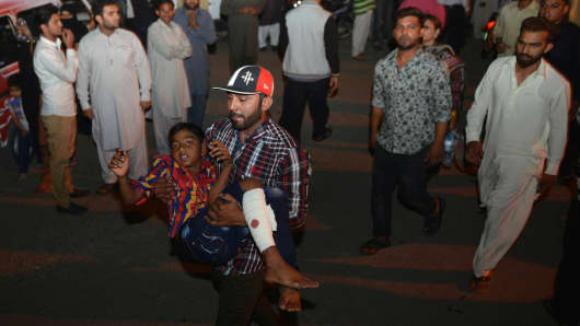 A Pakistani relative carries an injured child to the hospital in Lahore on March 27, 2016, after at least 56 people were killed and more than 200 injured when an apparent suicide bomb ripped through the parking lot of a crowded park in the Pakistani city of Lahore where Christians were celebrating Easter.