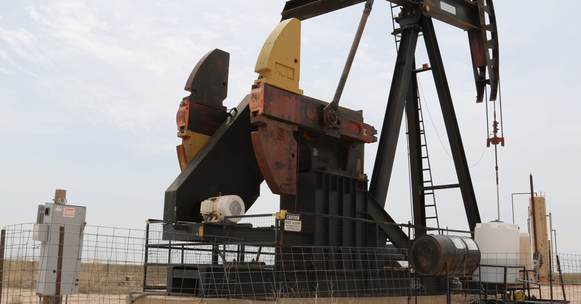 US oil settles up 27 cents, or 0.6 pct; muted impact from rig count