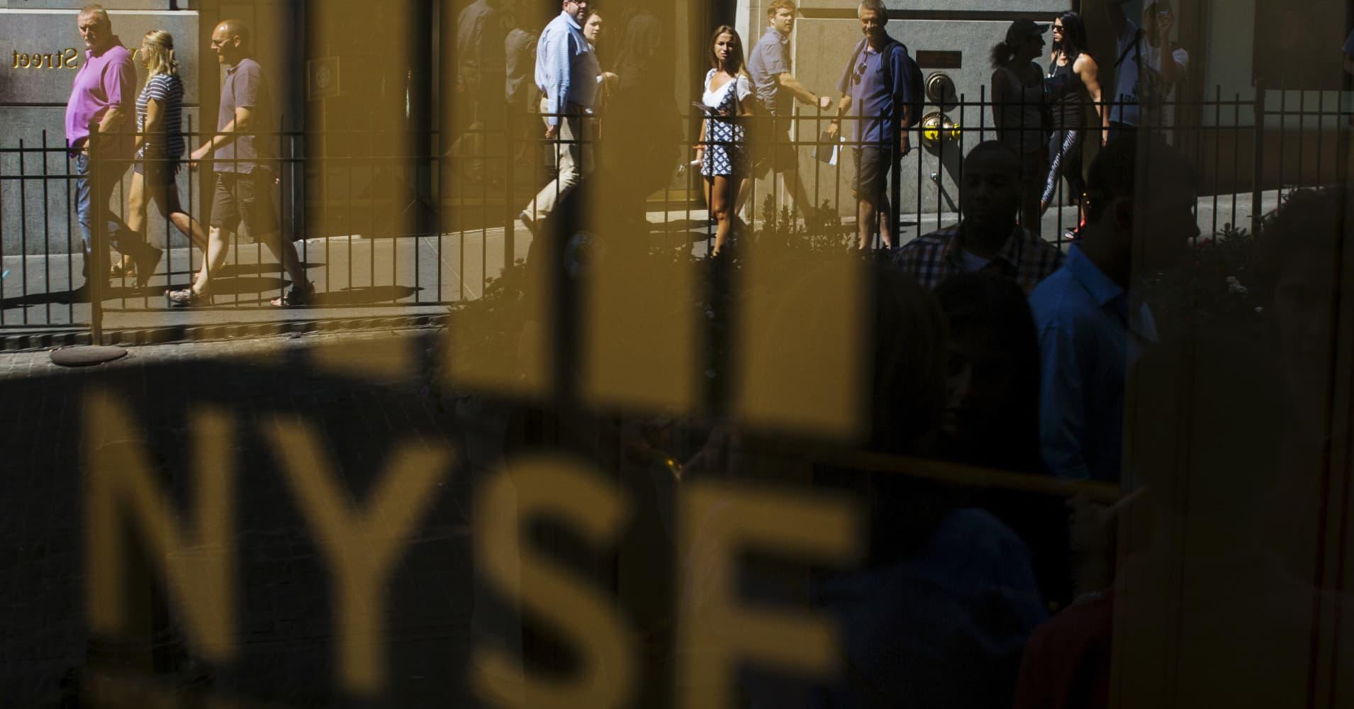 US stocks close mixed amid earnings; Dow hits 6th day of record closes