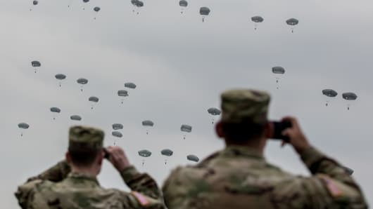 Dropping paratroopers, sky dive