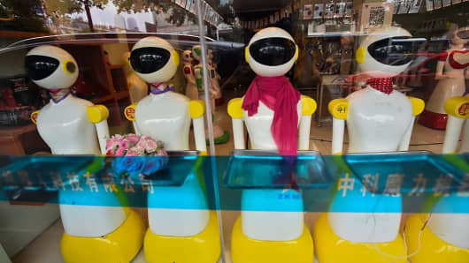 Robots in a shop window, artificial intelligence