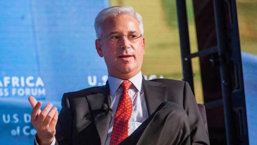 Visa CEO steps down, former AmEx exec is named successor