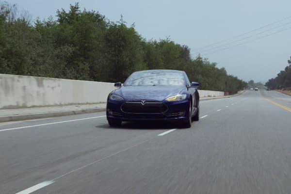 Jay Leno rides in his 2015 Tesla Model S as it autonomously changes lanes.
