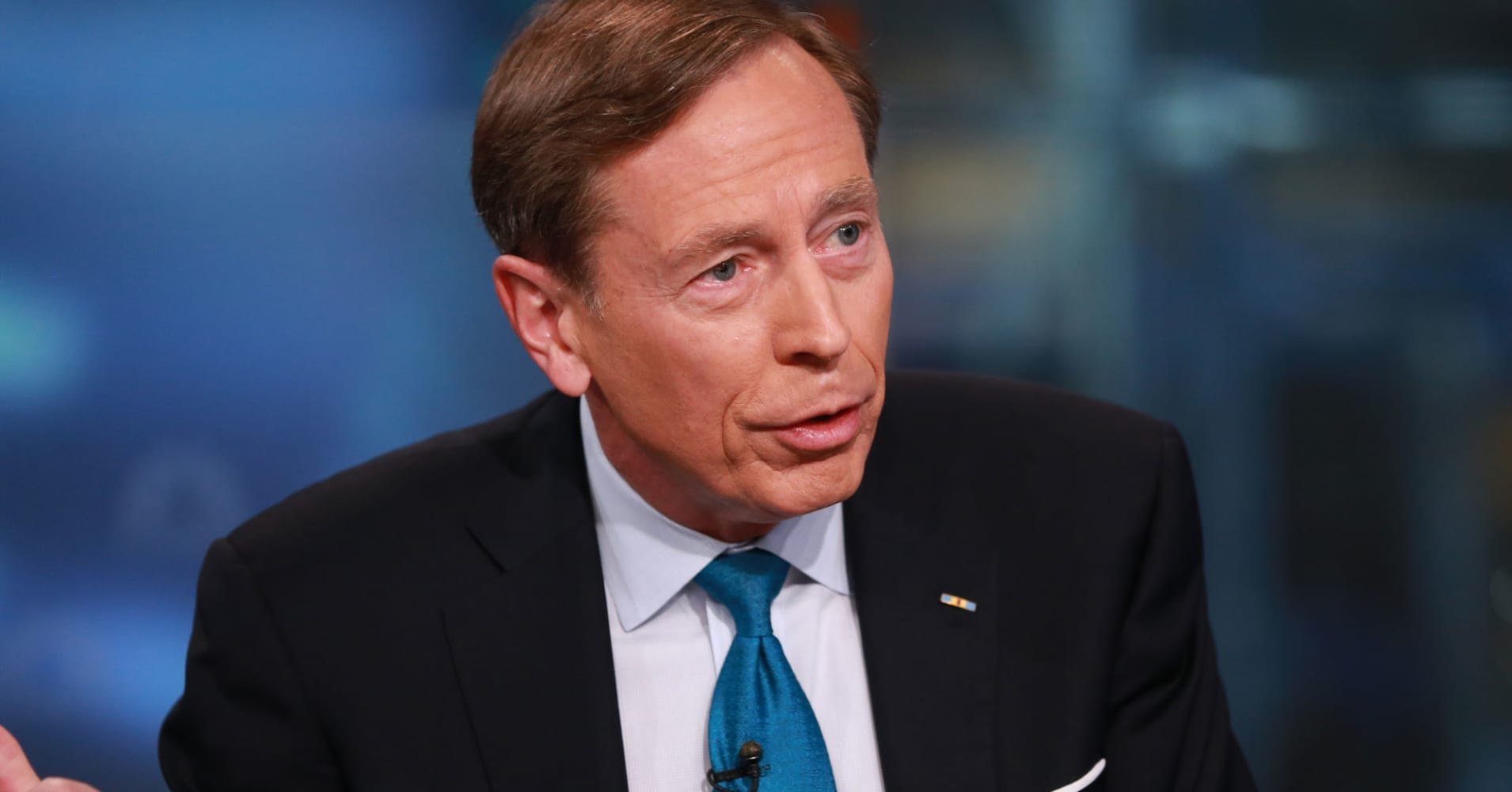 Trump meets Petraeus as battle over secretary of state continues