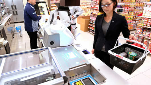 Regirobo, invented by Panasonic and Lawson, basically does everything apart from choosing the goods you want to buy. It automatically calculates the bill and even bags the purchased goods.