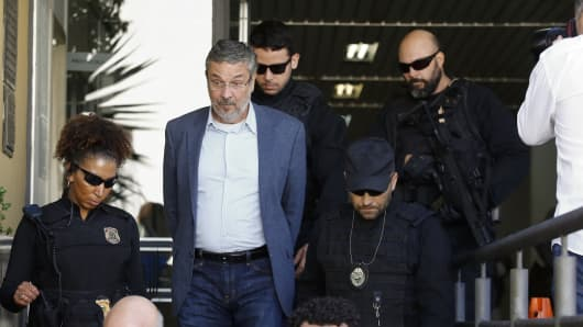 Brazil's Former Finance Minister Antonio Palocci arrives at Instituto Medico Legal escorted by the police on September 26, 2016 in Curitiba, Brazil. Palocci was arrested in connection with the Car Wash probe on allegations that he favored construction company Odebrecht SA in contracts with state-run oil company Petroleo Brasileiro SA and that he and members of his political party benefited from those actions.