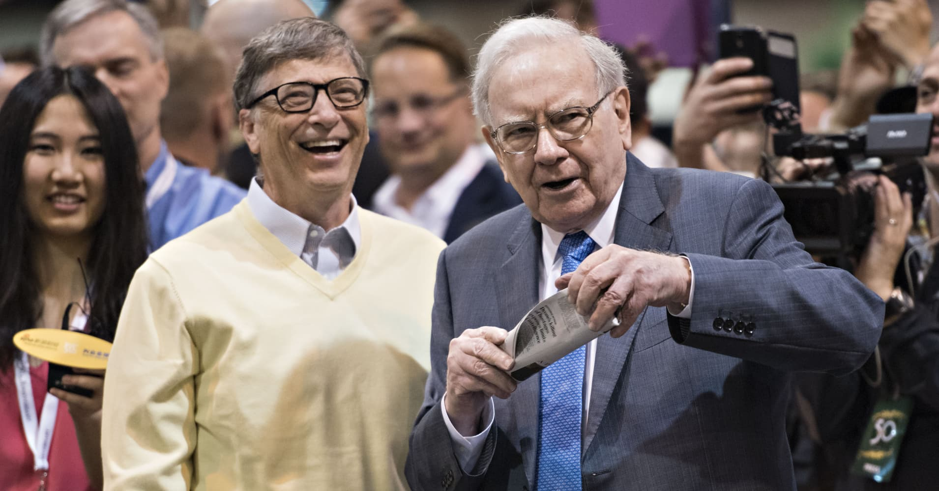 bill gates and warren buffett You don't have wait for success to leave clues billionaires like bill gates and  warren buffett are showing us the way: successful leaders look.