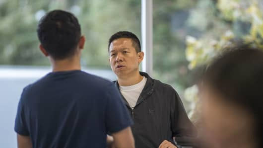 Jia 'YT' Yueting, chief executive officer of LeEco Global Group, right, speaks with an employee at the company's headquarters in San Jose, California, U.S., on Thursday, Oct. 13, 2016.
