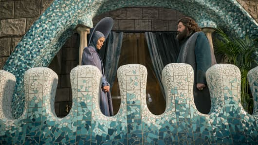 """EMERALD CITY -- """"Mistress-New-Mistress"""" Episode 103. Pictured: (l-r) Isabel Lucas as Anna, Vincent D'Onofrio as Wizard."""