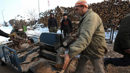 Small wood markets have started selling wood and coal since the gas supply has been completely shut off following disputes between Russia and Ukraine over gas pipelines between the two countries. Supplies of Russian gas to Bulgaria, Greece, Macedonia and Turkey were still halted for a second day on January 7 amid a Russian-Ukrainian price spat.