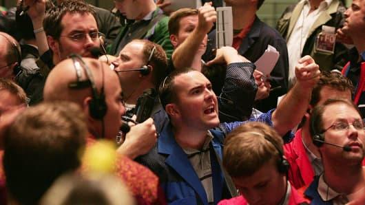 U.S.  dollar jumps on Fed jolt as Trump speech looms