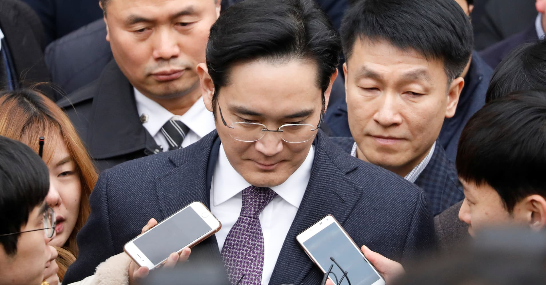 With Samsung scion held in small cell, South Korea continues probe
