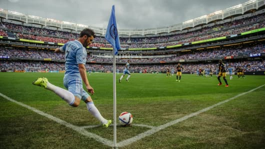 New York City FC's David Villa takes a corner kick.