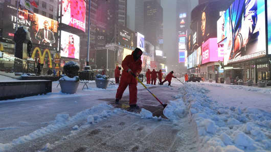 Blizzard blows into northeast U.S. ; flights canceled, schools shut