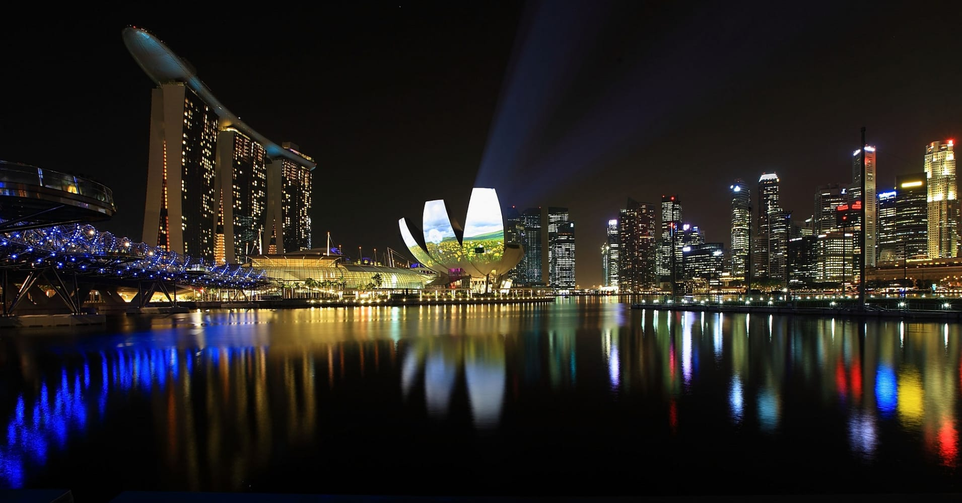 Hong Kong and Singapore compete for the tourist dollar, and there's a stand-out winner