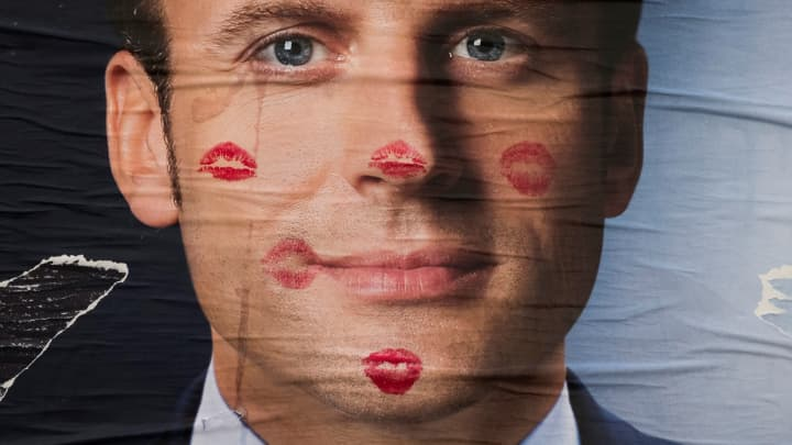 http://fm.cnbc.com/applications/cnbc.com/resources/img/editorial/2017/05/08/104451778-Macron_kisses_poster_.720x405.jpg?v=1494225464