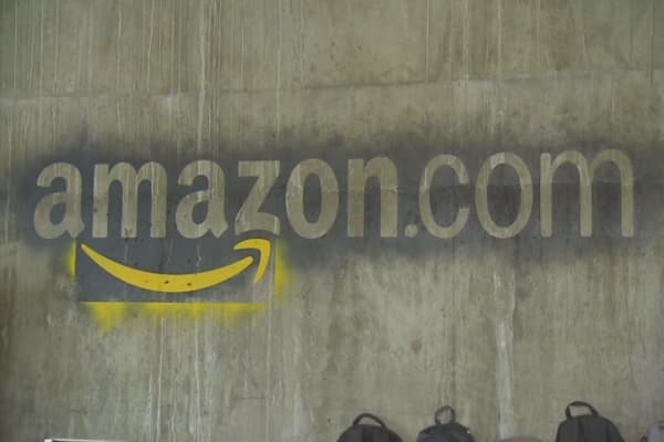 Amazon fires back at Wal-Mart by slashing free-shipping threshold