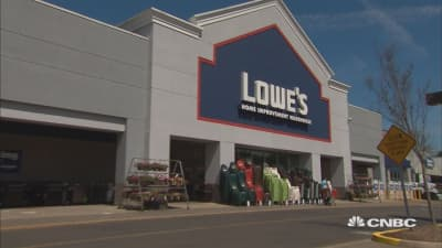 Lowe's reports earnings miss on top and bottom line