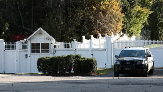 A police car is pictured in the driveway of the house of Bill and Hillary Clinton in Chappaqua, New York, U.S., October 24, 2018.
