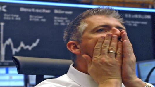 Dirk Mueller, Skontrofuehrer an der Wertpapierboerse in Frankfurt, sitzt am Mittwoch, 28. Februar 2007, an seinem Arbeitsplatz, vor der Anzeigentafel des Deutschen Aktienindex (DAX). Die weltweite Boersen-Talfahrt hat auch den deutschen Aktienmarkt am Mittwoch weiter nach unten gezogen. Verluste von mehr als 2 Prozent im DAX, rund 4 Prozent im MDAX und mehr als 6 Prozent im TecDAX bestimmten das Bild zu Handelsbeginn. Doch konnten die deutschen Aktien die Talfahrt bis zum Mittag etwas abbremsen.