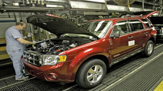 Paul Sims adds fluids to a 2008 Ford Escape at the Ford Kansas City Assembly plant, Friday, Jan. 26, 2007, in Claycomo, Mo. (AP Photo/Charlie Riedel)