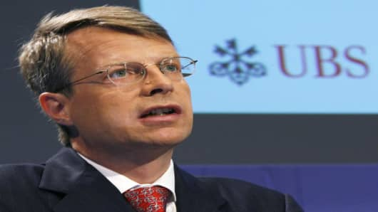"**  FILE **  Peter Wuffli, Chief Executive Officer of Swiss bank UBS, looks on during a press conference in Zurich, Switzerland, in this August 15, 2006 file picture.  The board of the Zurich, Switzerland-based bank said in a statement that it has named Marcel Rohner as CEO, effective immediately.  He replaces Peter Wuffli, ""who relinquishes all of his functions at UBS,"" the statement said. The statement did not specify why the change was being made. But it did say that UBS Chairman Marcel Ospel"