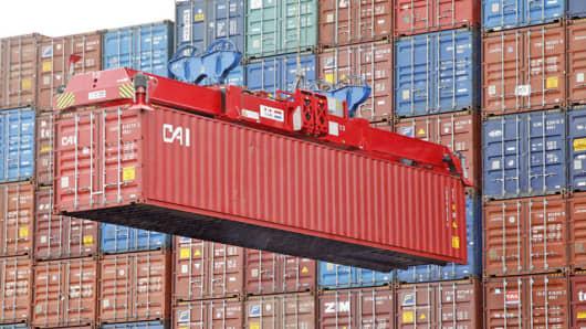 Container werden am 2. August 2007 im Terminal Burchardkai der Hamburg Hafen und Logistik AG (HHLA) in Hamburg verladen. Im Containerterminal Burchardkai wurden 2006 rund 2,9 Millionen Standardcontainer umgeschlagen. Hamburg ist als Nummer neun unter den Top Ten der weltgroessten Containerhaefen. (AP Photo/Kai-Uwe Knoth)  --- Oversea containers are handled at the container terminal Burchardkai in Hamburg, northern Germany, on Aug. 2, 2007. Hamburg ranks place nine among the world's biggest conta