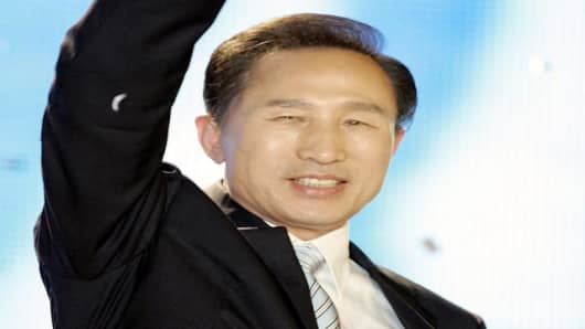 Lee Myung-bak, a former Hyundai CEO and Seoul mayor, waves his hand after he was elected a presidential candidate during a national convention of the Grand National Party for a presidential primary at the Olympic Gymnasium in Seoul, South Korea, Monday, Aug. 20, 2007. A South Korean businessman-turned-politician won the conservative opposition's presidential primary Monday, cementing his front-runner status in the December election to take leadership of the country from liberals aligned with Pre