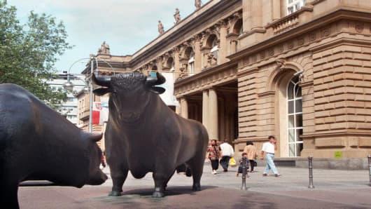 bull and bear outside frankfurt stock exchange