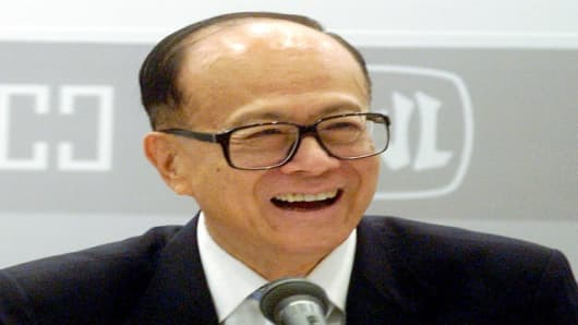 Hong Kong tycoon Li Ka-shing fields journalists' questions at a press conference announcing his companies', Hutchison Whampoa and Cheung Kong Holdings, first half earnings in Hong Kong on Thursday, Aug. 23 2007. ( AP Photo/Lo Sai Hung )