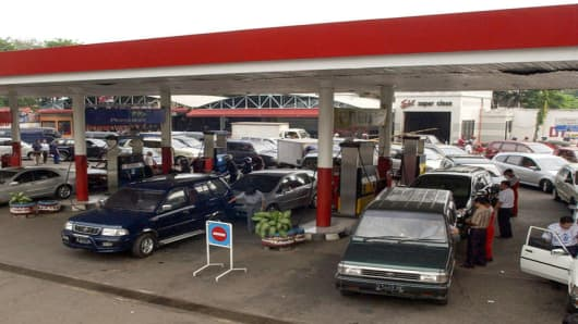 Car drivers queue up to fill their tanks at a gas station in Jakarta, Indonesia, Thursday, Sept. 29, 2005. Workers and truck drivers at Jakarta's main commercial port rallied Thursday against looming fuel price hikes as security forces elsewhere in the capital prepared for a day of demonstrations against the increases. (AP Photo/ Achmad Ibrahim)