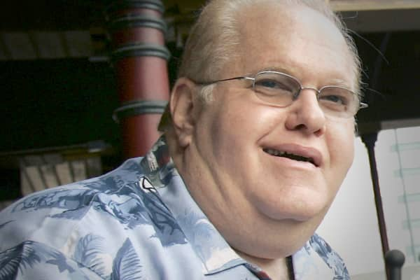 Lou Pearlman, the legendary manager of *NSYNC and The Backstreet Boys, lives a lifestyle of fame, fortune and fraud.  He's the mastermind who scams $500 million from investors!