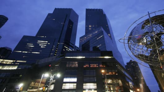 The Time Warner building is shown Wednesday, Nov. 1, 2006 in New York. Time Warner Inc., the world's largest media conglomerate, posted sharply higher third-quarter earnings on Wednesday due largely to several asset sales.  (AP Photo/Mark Lennihan)