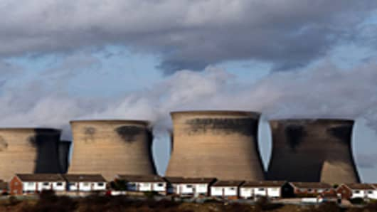 Residential homes sit in front of the coal fueled Ferrybridge power station as it generates electricity in Ferrybridge, United Kingdom.