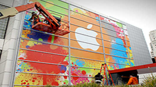 Workers apply the Apple logo to the exterior of the Yerba Buena Center for the Arts in preparation for an Apple special event January 26, 2010 in San Francisco, California.