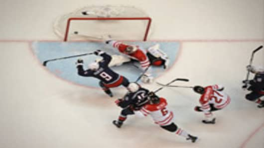 Zac Parise of the US scores the equalizer against Canada in the men's 2010 Winter Olympics ice hockey final.