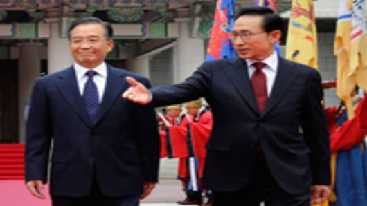 Chinese Premier Wen Jiabao walks with South Korean president Lee Myung-Bak.