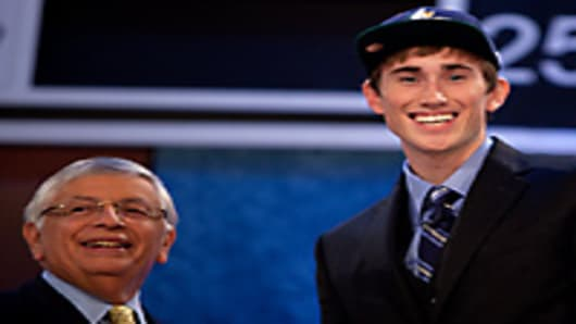 Utah Jazz draft choice Gordon Hayward (r.) with NBA commisioner David Stern, Madison Square Garden Theater, NY.