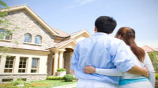 couple_looking_at_house_200.jpg