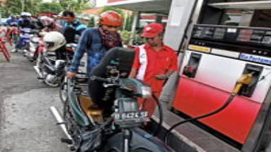 Motorists queue up to refuel at a gasoline and service station in Jakarta, 18 September 2007. Oil prices topped 81 USD a barrel for the first time on, setting another record high amid fears of critically tight supplies for the winter season in the United States. AFP PHOTO/Ahmad ZAMRONI (Photo credit should read AHMAD ZAMRONI/AFP/Getty Images)