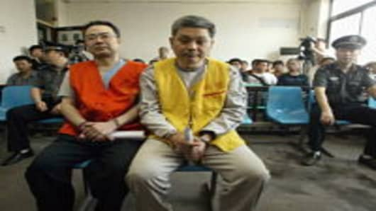 Zhang Xiaochuan (L) and his younger brother Zhang Tiansheng stand trial on corruption charges in 2005 in Shaanxi Province. Zhang Xiaochuan, a former official of the Ministry of Propaganda in Chongqing, and Zhang Tiansheng were accused of embezzling millions of yuan and abusing power over 5 years.